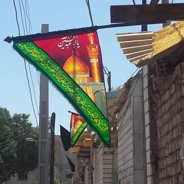تصاویر شما/ نصب پرچم عزای حسینی بر سر درب منازل اهوازی ها