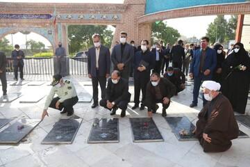 تصاویر  غبارروبی و عطرافشانی گلزار شهدای بجنورد به مناسبت هفته دولت