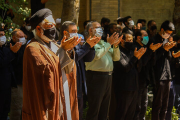 تصاویر/ اقامه نماز ظهر عاشورا به امامت آیت الله مهدوی در گذر چهارباغ عباسی اصفهان