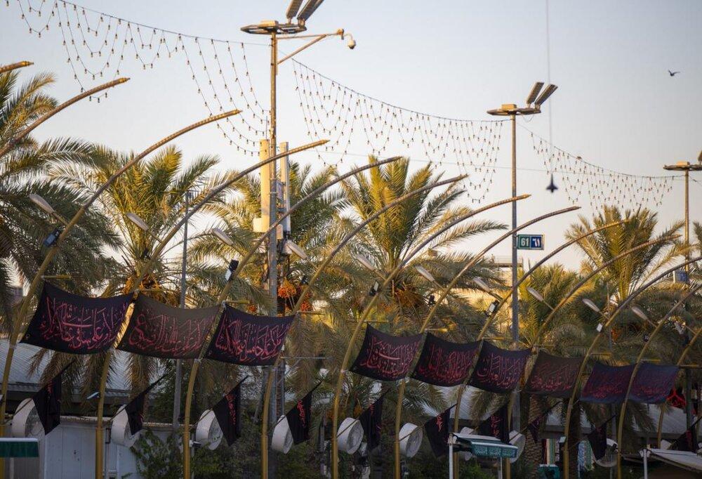 نصب ۵۸ پرچم سیاه حسینی به عنوان نماد عمر شریف امام حسین (علیه السلام) در بین الحرمین