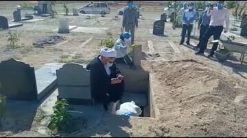 امامجمعه بروجن پای کار تغسیل و تدفین اموات کرونایی + عکس