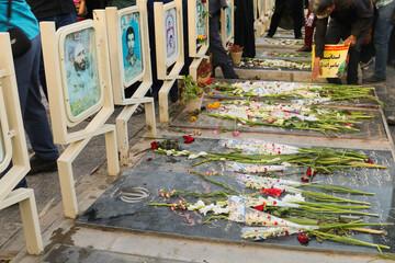 تصاویر/ عطرافشانی و گلباران قبور پاک شهدای هشت سال دفاع مقدس در اصفهان
