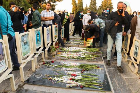 تصاویر/ عطر افشانی و گلباران قبور پاک شهدای هشت سال دفاع مقدس دراصفهان