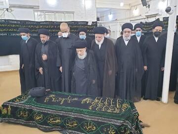 اقامه نماز بر پیکر امام جماعت مسجد سهله در نجف + عکس