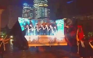 فیلم | اجرای سرود زیر بارش باران در شب اربعین
