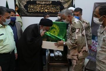 پرچم حرم امام رضا(ع) به آیت الله سعیدی اهدا شد