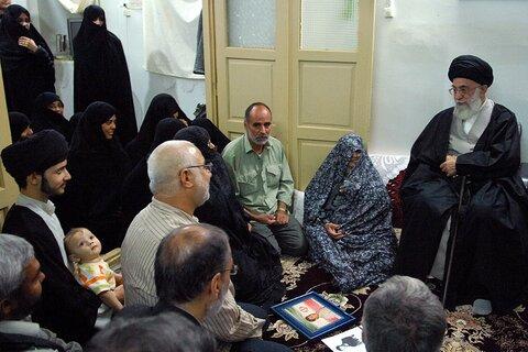 حضور سرزده رهبر معظم انقلاب در منازل خانواده شهدا در قم سومین روز سفر 29 مهر 89