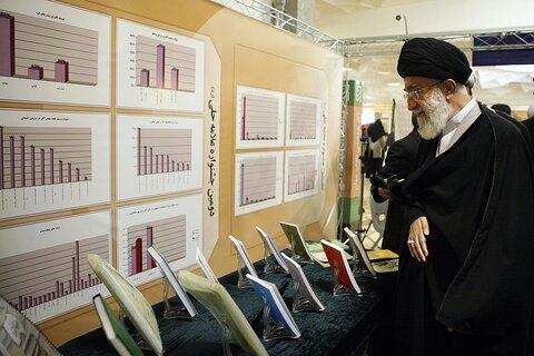 بازنشر/ تصاویر بازدید رهبر معظم انقلاب از نمایشگاه دستاوردهای پژوهشی حوزه علمیه قم در ۱ آبان ۸۹