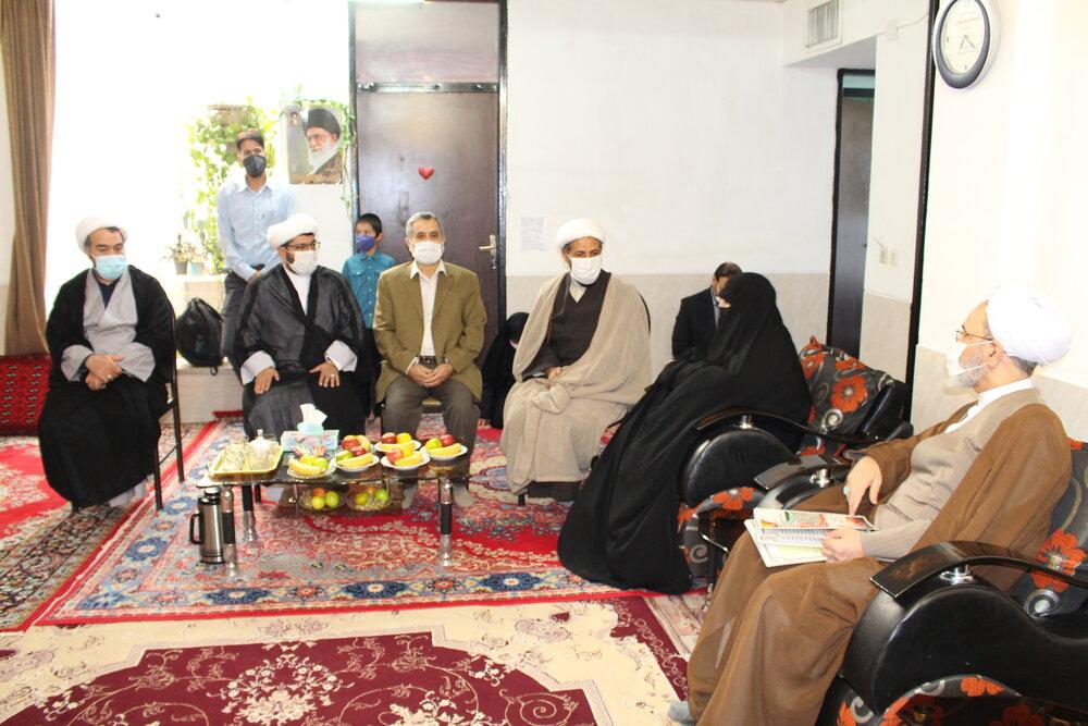 تصاویر| سرکشی آیت الله اعرافی از خانواده شهید طلبه