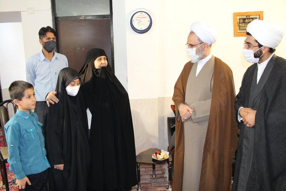 آیت الله اعرافی به دیدار خانواده شهید طلبه رفت + عکس