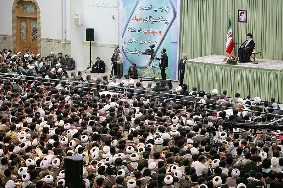 بازنشر/ تصاویر دیدار هزاران نفر از بسیجیان استان قم با رهبر معظم انقلاب در ۲ آبان ۸۹