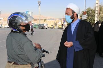 تصاویر| حضور طلاب و روحانیون قرارگاه تبلیغی عمار در ایستگاه تذکر لسانی و توزیع ماسک سطح شهر شیراز