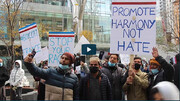 کینیڈا کے مسلمانوں کا راہگیروں میں پھول کے گلدستہ تقسیم