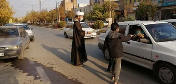 تصاویر شما/ توزیع ماسک و کتاب در رابطه با پیامبر اسلام (ص) توسط طلاب حوزه علمیه آیت الله آخوند (ره) شهر همدان
