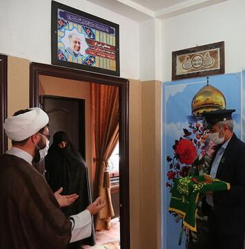 خادمان حرم حضرت معصومه(س) از خانوادههای شهدا تقدیر کردند