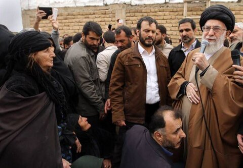 حضور مقام معظم رهبری در بین زلزله زدگان سرپل ذهاب