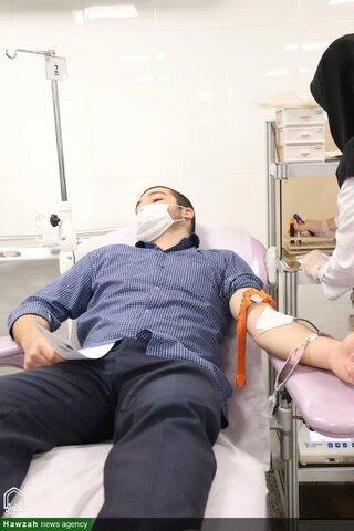 بالصور/ إهداء الدم من قبل طلاب مدرسة الإمام الخامنئي العلمية بمدينة أرومية الإيرانية