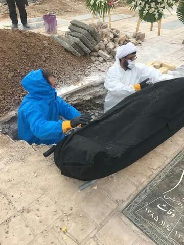 تصاویر/ تغسیل و تدفین اموات کرونایی با حضور جهادی طلاب مدرسه علمیه امام جواد(ع) گرمسار