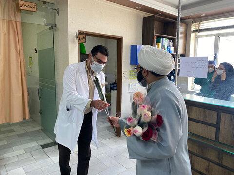 اهدای گل به کادر بیمارستان گودرز