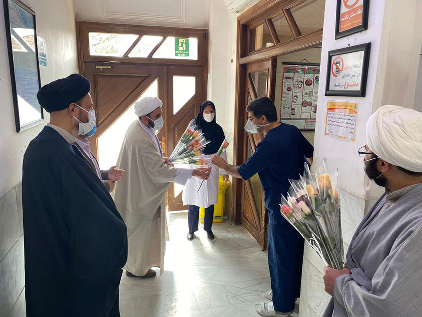 تصاویر / اهدای گل به کادر بیمارستان گودرز یزد