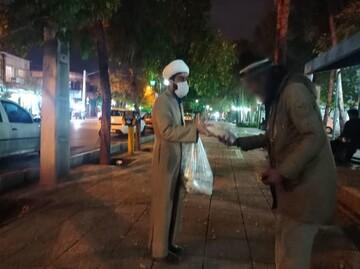 توزیع مرحله چهارم غذای آماده میان کارتنخوابهای شیراز