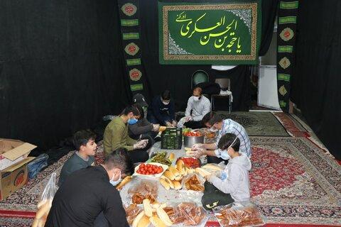 تصاویر| توزیع غذای آماده میان کارتن خواب های شیراز
