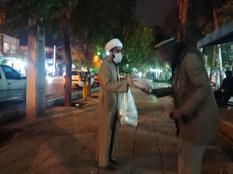 تصاویر /  توزیع غذای آماده میان کارتن خواب های شیراز