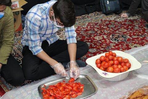 بالصور/ توزيع الطعام من قبل طلاب العلوم الدينية في مدينة شيراز