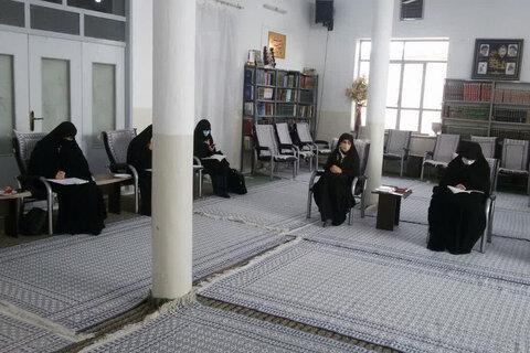 بالصور/ تكريم الطالبات الباحثات في الحوزة العلمية النسوية بمدينة ميبد وسط إيران