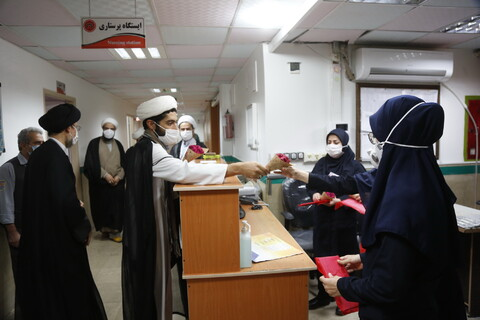 تصاویر/تقدیر روحانیون از پرستاران بیمارستان حضرت معصومه(س) به مناسبت میلاد حضرت زینب