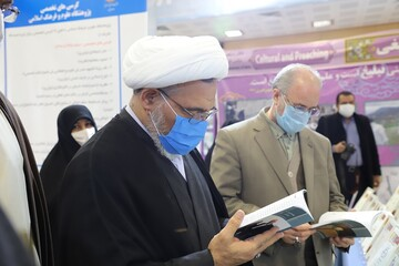 تصاویر/ بازدید مدیر حوزههای علمیه خواهران از نمایشگاه مسئلهمحوری و دستاوردهای 10 ساله دفتر تبلیغات اسلامی