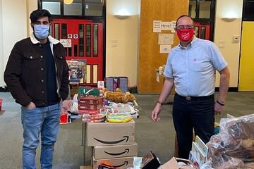 مسلمانان شهرستان ساری در انگلیس به افراد آسیبپذیر کمکرسانی میکنند