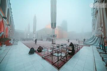 بالصور/ مرقد أمير المؤمنين (عليه السلام) يتلألأ نورا وسط الضباب الكثيف