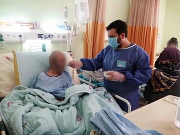 روایتی از خدمت طلاب جهادی به بیماران کرونایی که آنها را نمیشناسند