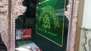 نصب پرچم حرم حضرت معصومه(س) در منزل شهید قاسم سلیمانی