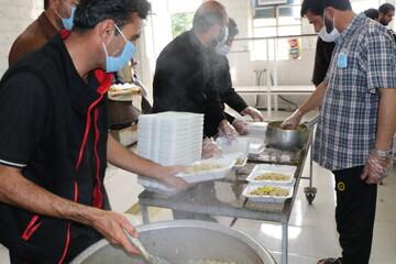 توزیع ۱۱۰۰ پرس غذای گرم در میان نیازمندان شیراز به همت طلاب و روحانیون
