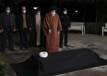الإمام الخامنئي يقيم صلاة الميت على جثمان آية الله مصباح اليزدي