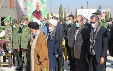 تصاویر/ اقامه نماز بر پیکر ۶ شهید گمنام در مرکز فرهنگی دفاع مقدس سمنان