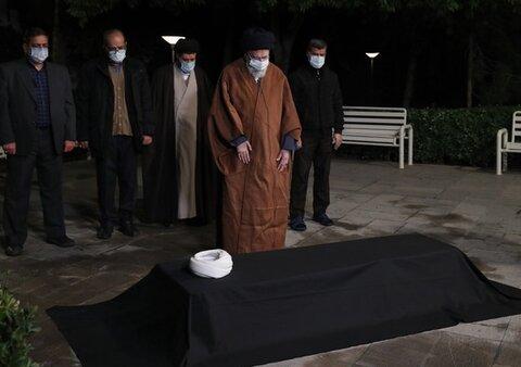 قائد الثورة يقيم صلاة الميت على جثمان آية الله مصباح اليزدي