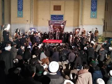 مراسم عزاداری در کنار پیکر آیت الله مصباح یزدی در موسسه امام خمینی(ره)+ فیلم