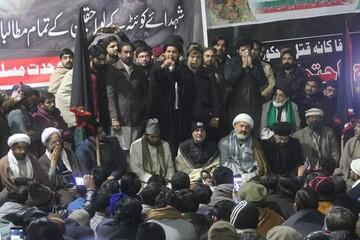 تصاویر/ المنتظر ریلیف پاکستان کی جانب سے گورنر ہاؤس پنجاب کے سامنے کوئٹہ سانحہ کے حوالے سے احتجاج پر موجود شرکاء میں نیاز تقسیم