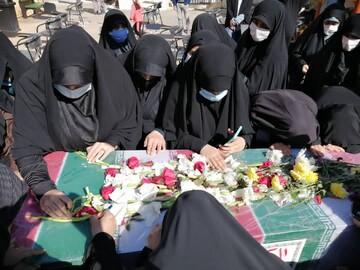 تصاویر/ وداع طلاب مدرسه علمیه خواهران معصومیه شیراز با پیکر دو شهید گمنام