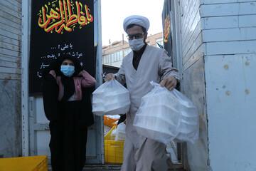 تصاویر/ طبخ و توزیع ۵ هزار غذای نذری بین نیازمندان بیرجند توسط مرکز نیکوکاری رسانه یاران