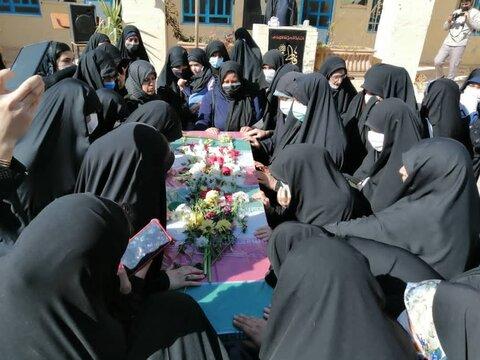 تصاویر  وداع طلاب مدرسه علمیه خواهران معصومیه شیراز با پیکر دو شهید گمنام