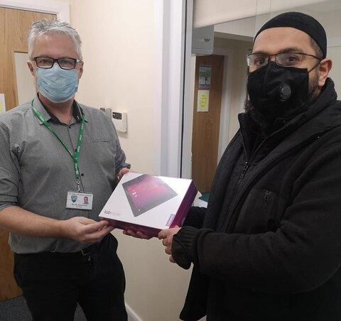 موسسه رفاه مسلمان در بلکبرن، به دانش آموزان مدارس آیپد اهدا کرد