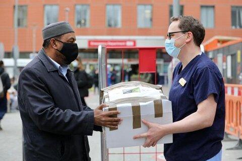 مسجد لندن هر جمعه به کارکنان بیمارستان غذارسانی میکند