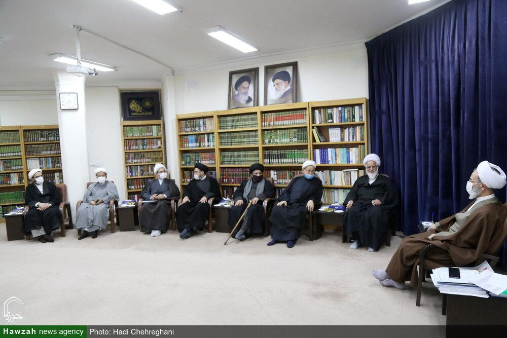 تصاویر / دیدار اعضای دبیرخانه همایش بینالمللی حضرت ابوطالب(ع) با آیت الله اعرافی