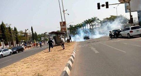 حمله نیروهای انتظامی به تظاهر کنندگان نیجریه