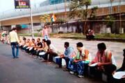 مدرسہ ٹیچرز نے بھکاری بن کر احتجاج کیا