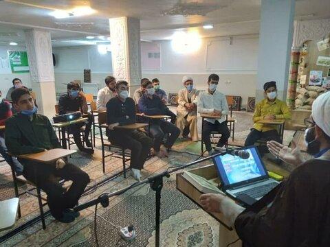 تصاویر/نشست بصیرتی با موضوع تحلیل سیاسی به مناسبت دهه فجر در مدرسه علمیه بیجار
